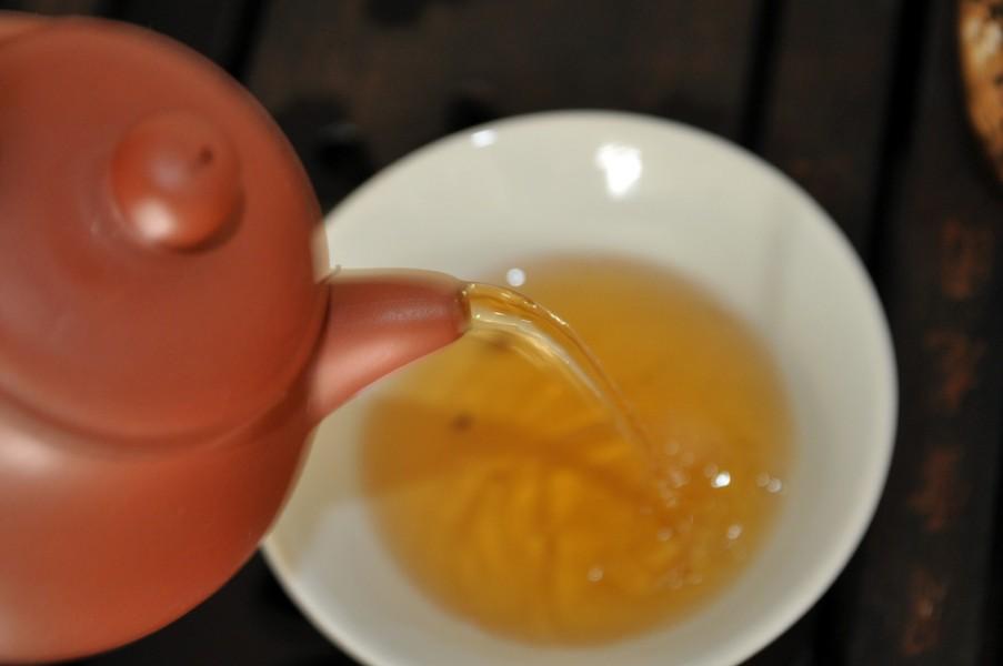 pouring pu-erh